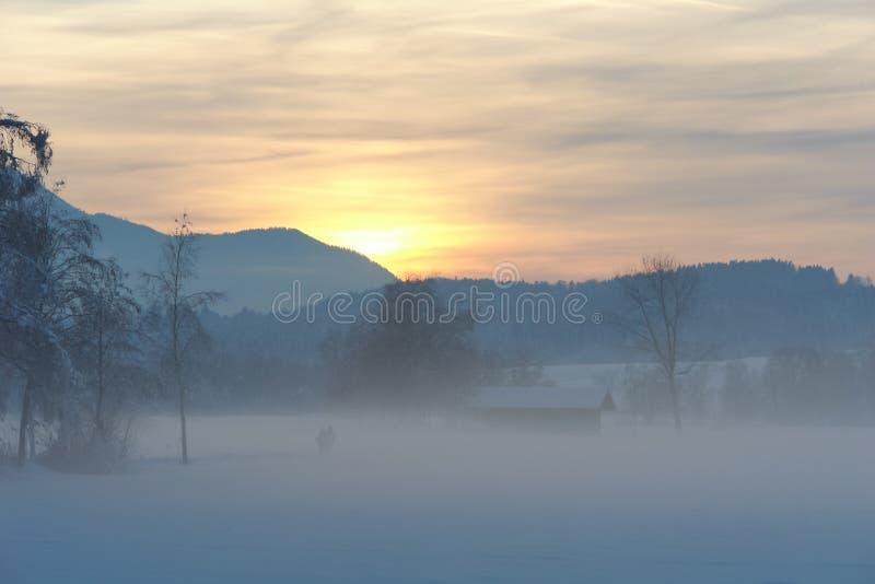 Puesta del sol alpina de la montaña en invierno imagen de archivo libre de regalías