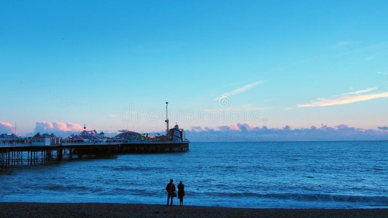 Puesta del sol (amantes) - Brighton, Londres foto de archivo libre de regalías