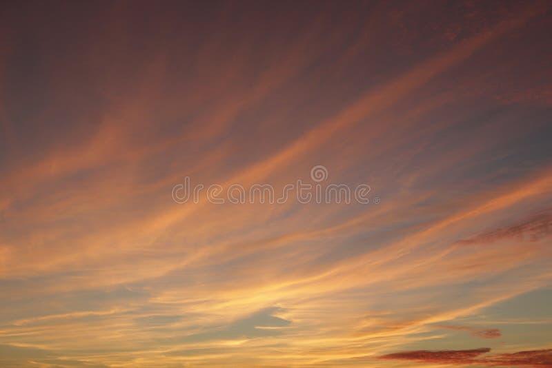Puesta del sol anaranjada antes de la noche Crepúsculo con puesta del sol brillante Paisaje de la tarde fotografía de archivo libre de regalías