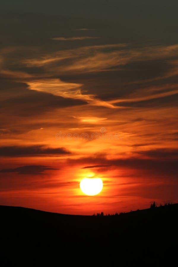 Puesta del sol anaranjada de la montaña imagenes de archivo
