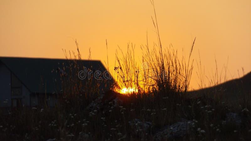 Puesta del sol anaranjada de oro en Wyoming imagen de archivo libre de regalías