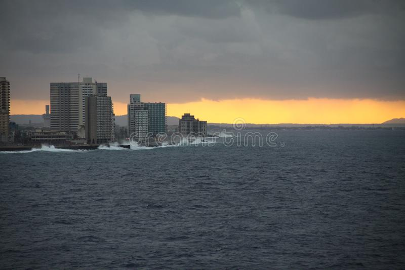 Puesta del sol anaranjada en la ciudad fotografía de archivo libre de regalías