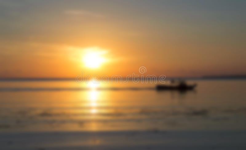 Puesta del sol anaranjada hermosa por la foto borrosa playa fotografía de archivo libre de regalías