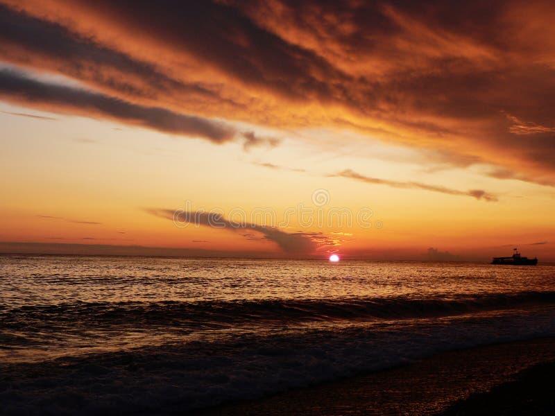 Puesta del sol anaranjada roja hermosa fotos de archivo