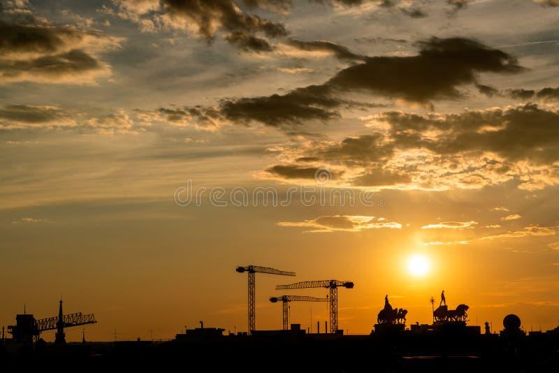 Puesta del sol anaranjada sobre el horizonte de Madrid fotografía de archivo libre de regalías