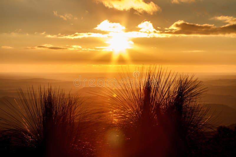Puesta del sol anaranjada sobre el valle brumoso fotografía de archivo