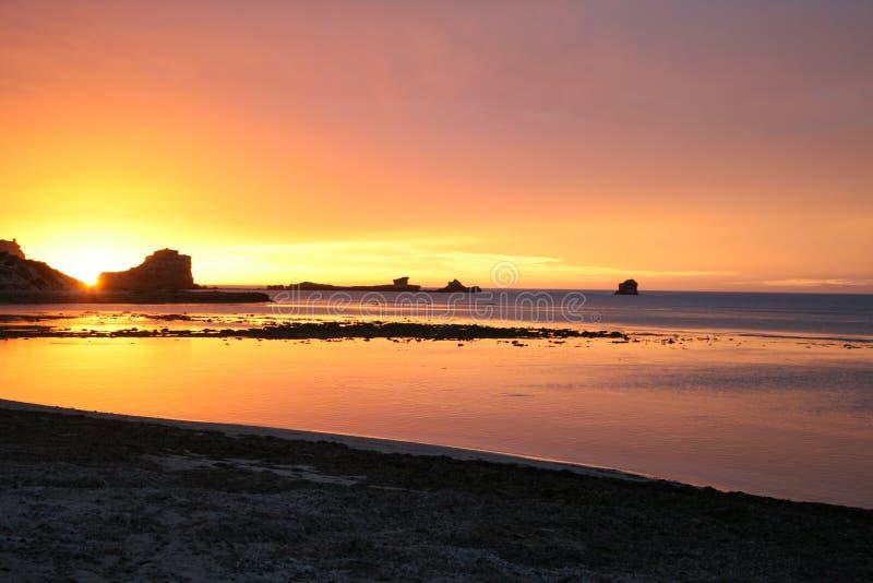 Puesta del sol anaranjada y rosada en una playa, sur de Australia