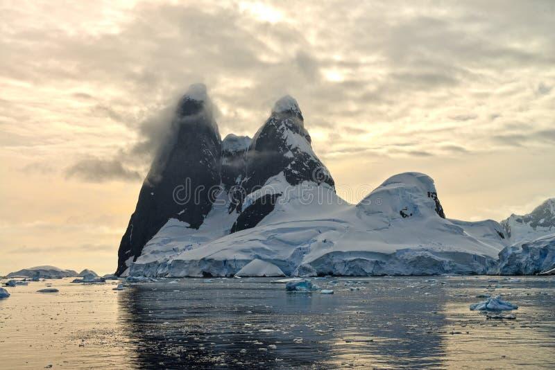 Puesta del sol antártica en Una Peaks foto de archivo