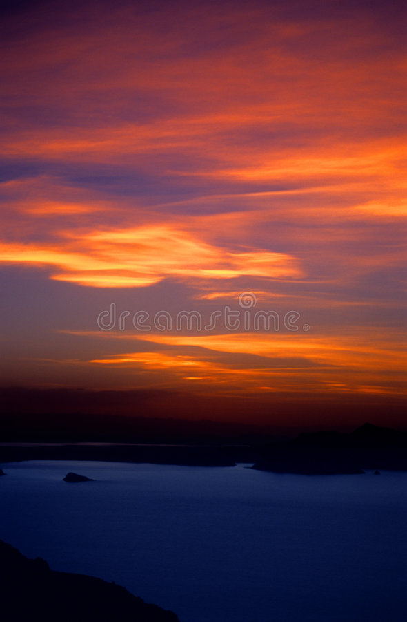 Puesta del sol ardiente sobre el lago Titicaca Perú - 2 fotos de archivo