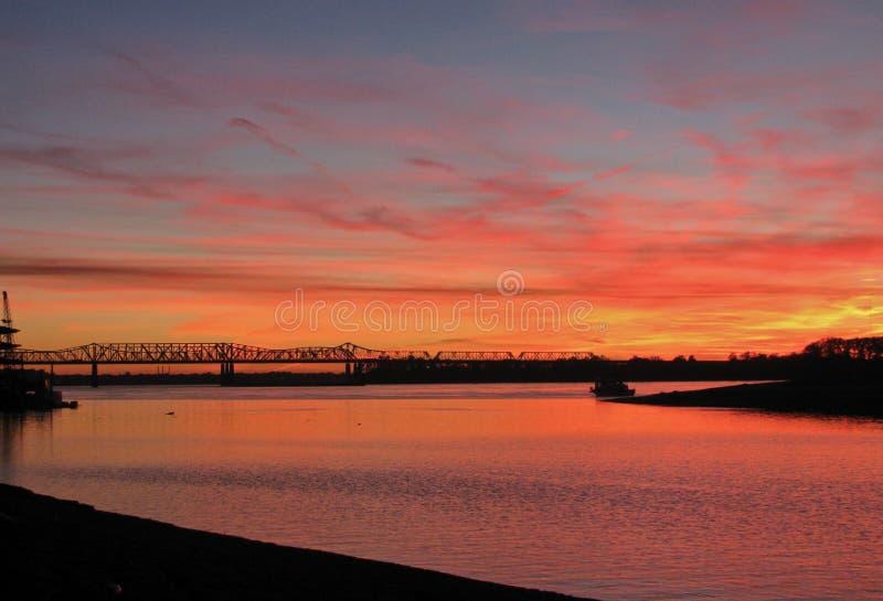 Puesta del sol ardiente sobre el río Misisipi en Memphis, Tennessee imagen de archivo libre de regalías