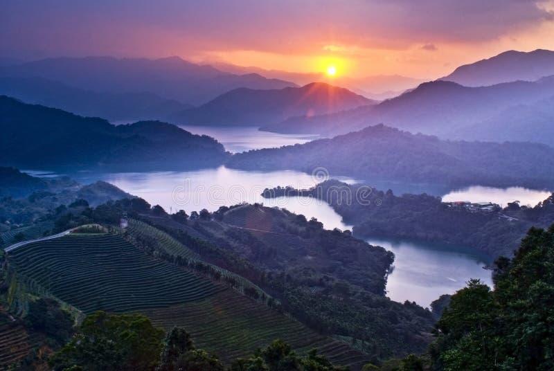 Puesta del sol asombrosa con las montañas asombrosas fotografía de archivo libre de regalías
