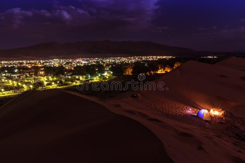 Puesta del sol asombrosa en dunas del desierto fotos de archivo libres de regalías