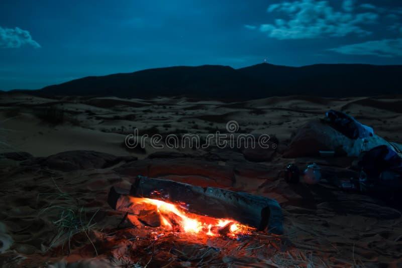 Puesta del sol asombrosa en dunas del desierto fotografía de archivo