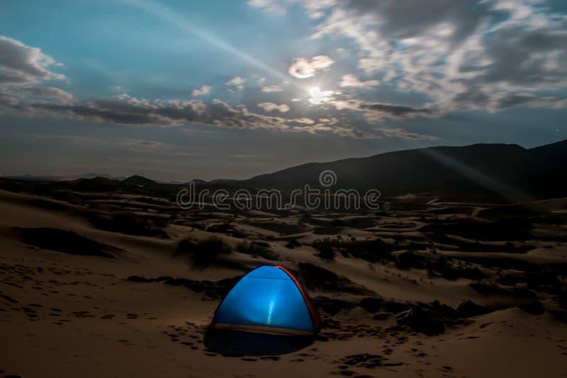 Puesta del sol asombrosa en dunas del desierto foto de archivo libre de regalías