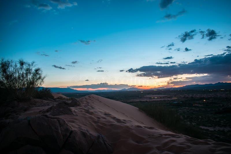 Puesta del sol asombrosa en dunas del desierto imagen de archivo
