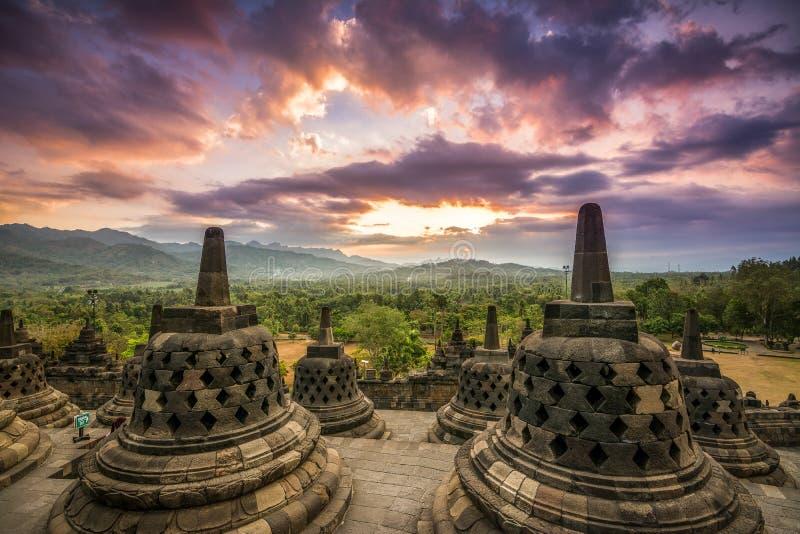 Puesta del sol asombrosa en el candi Borobudur imagen de archivo