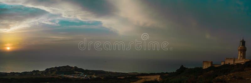 Puesta del sol asombrosa en el mar mediteranian imagen de archivo