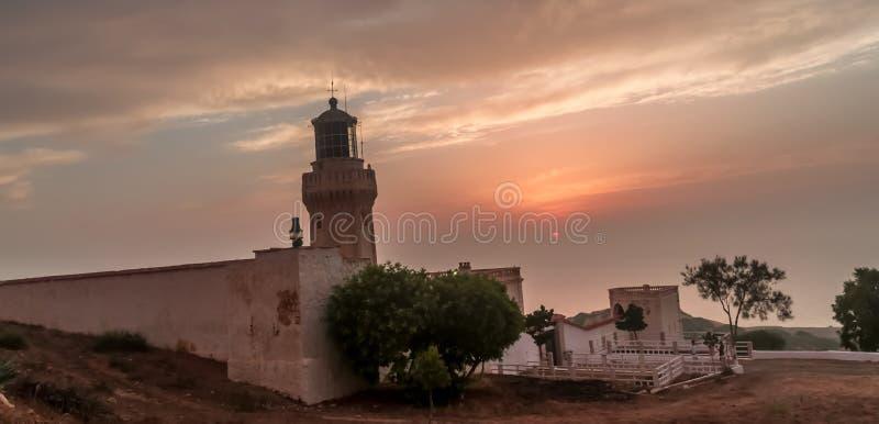 Puesta del sol asombrosa en el mar mediteranian imagenes de archivo