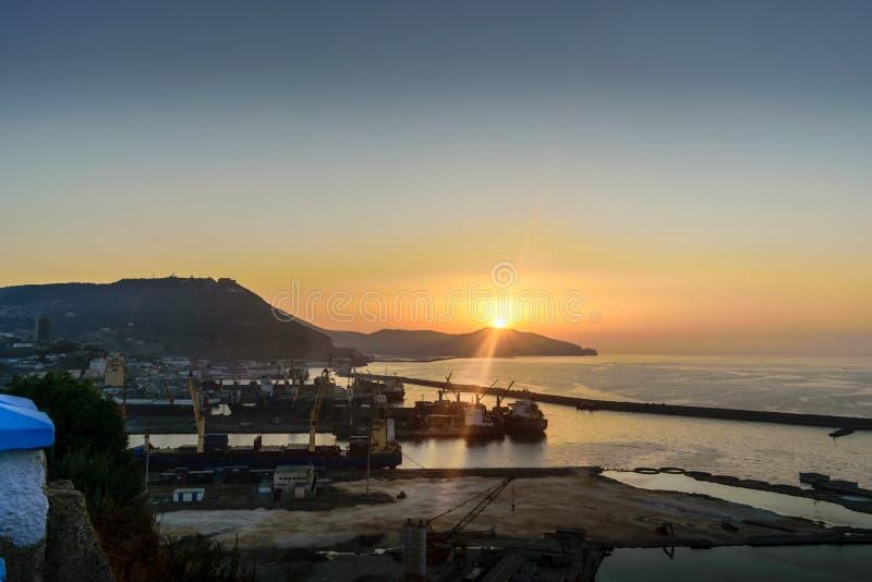Puesta del sol asombrosa en el mar mediteranian fotos de archivo