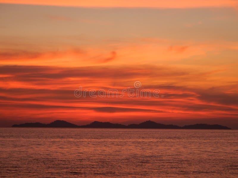 Puesta del sol asombrosa en el mar en Tailandia fotografía de archivo