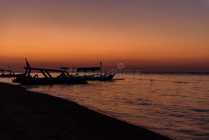 Puesta del sol asombrosa en Gili Islands, Lombok, Indonesia imagen de archivo libre de regalías