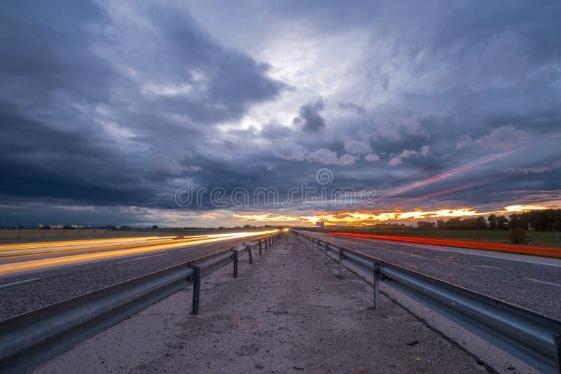 Puesta del sol asombrosa en la carretera fotos de archivo