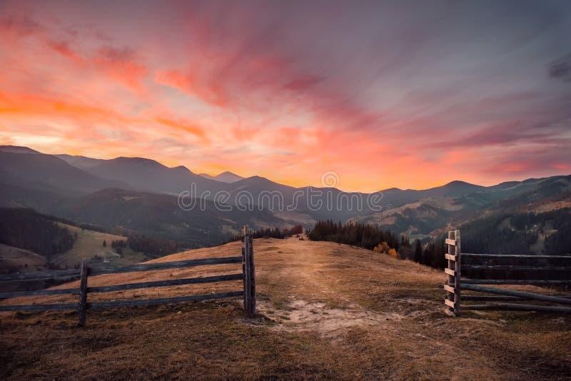 Puesta del sol asombrosa en paisaje de la montaña del otoño fotografía de archivo