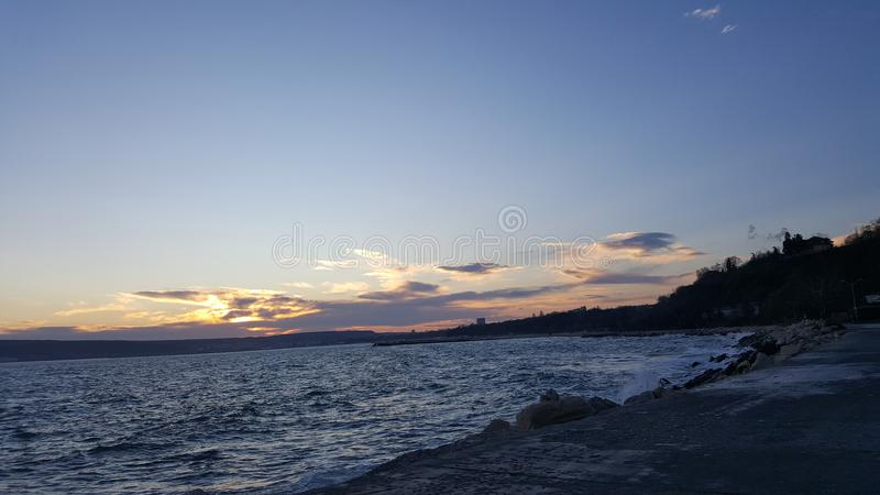Puesta del sol asombrosa en Varna Bulgaria foto de archivo