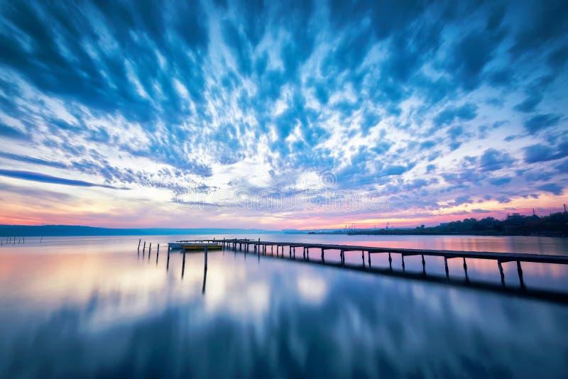 Puesta del sol asombrosa del lago fotografía de archivo libre de regalías