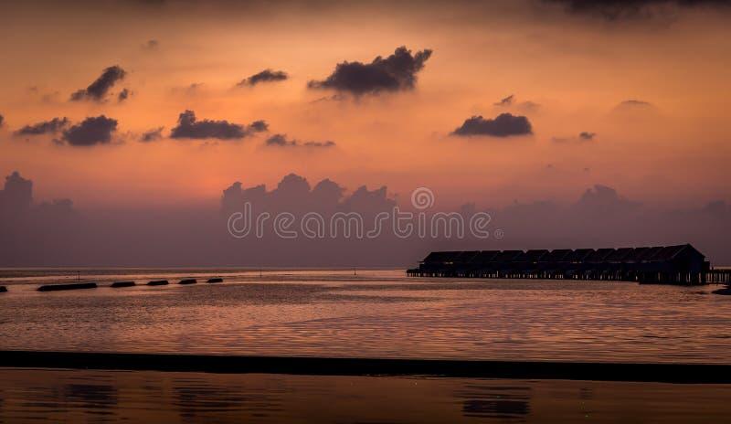 Puesta del sol asombrosa sobre el Océano Índico en Maldivas fotografía de archivo