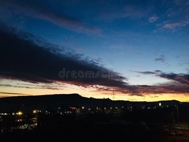 Puesta del sol asombrosa sobre la ciudad imagen de archivo