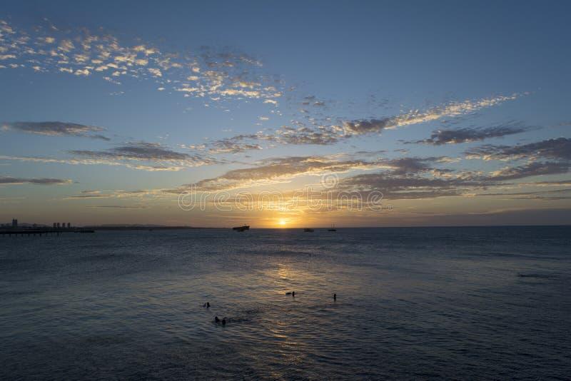 Puesta del sol asombrosa vista del mar imagenes de archivo