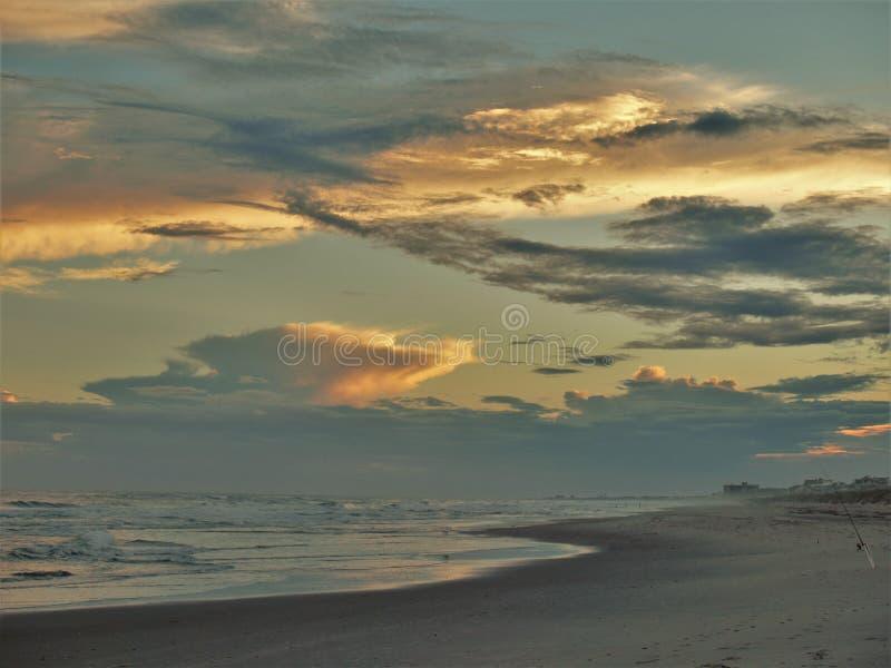 Puesta del sol atlántica de la playa imagen de archivo