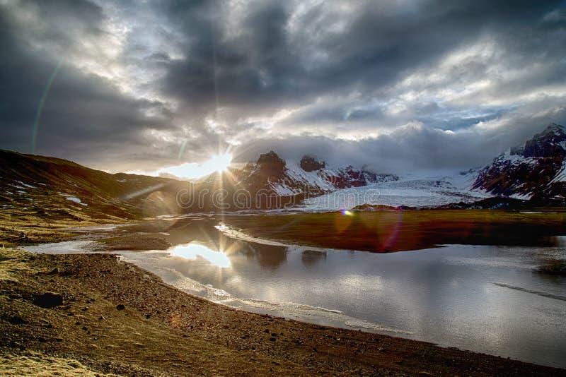 Puesta del sol atmosférica en la naturaleza islandesa fotos de archivo