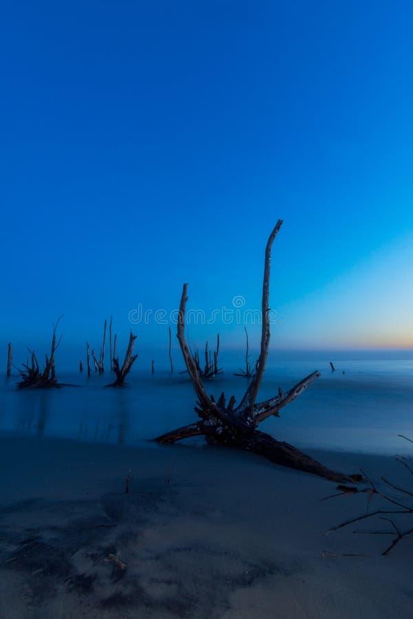 Puesta del sol azul de la hora en de la playa después de puesta del sol fotos de archivo