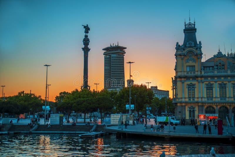 Puesta del sol azul de las horas de la alameda de Barcelona fotografía de archivo libre de regalías