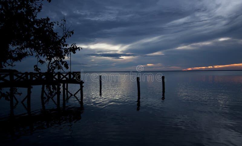 Puesta del sol azul en el lago amazon, el Brasil foto de archivo