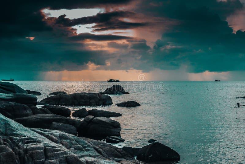 Puesta del sol azul y rosada de la playa de la isla en Thailan foto de archivo libre de regalías