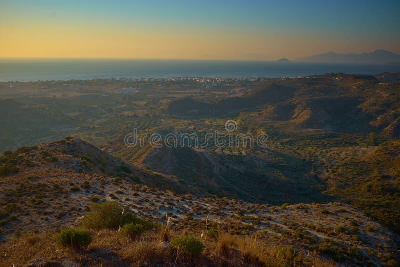Puesta del sol azul del yelow hermoso sobre el mar y la isla de Kos imágenes de archivo libres de regalías