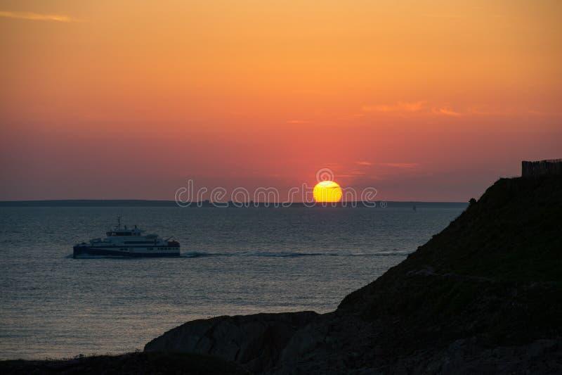 Puesta del sol, barco del crucero en la silueta, Bretaña fotos de archivo libres de regalías