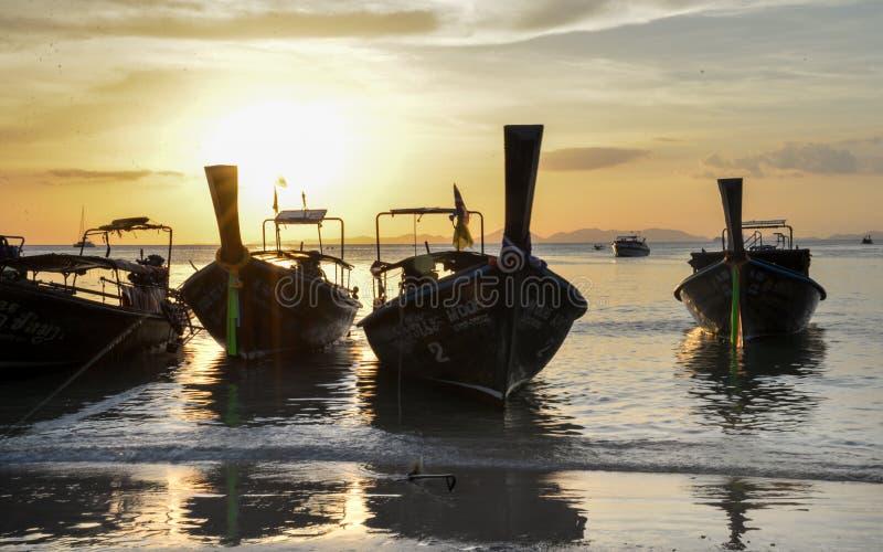 Puesta del sol, barcos de la cola larga en la playa de Railay, Krabi, Tailandia imágenes de archivo libres de regalías