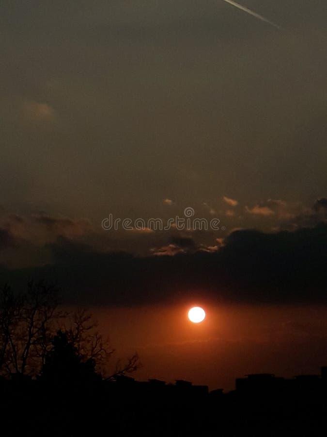 Puesta del sol bluesky de los darkclouds de Redsun fotografía de archivo libre de regalías