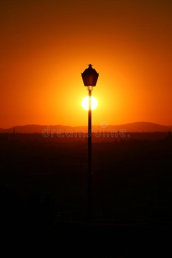 Puesta del sol bonita en la ciudad fotos de archivo