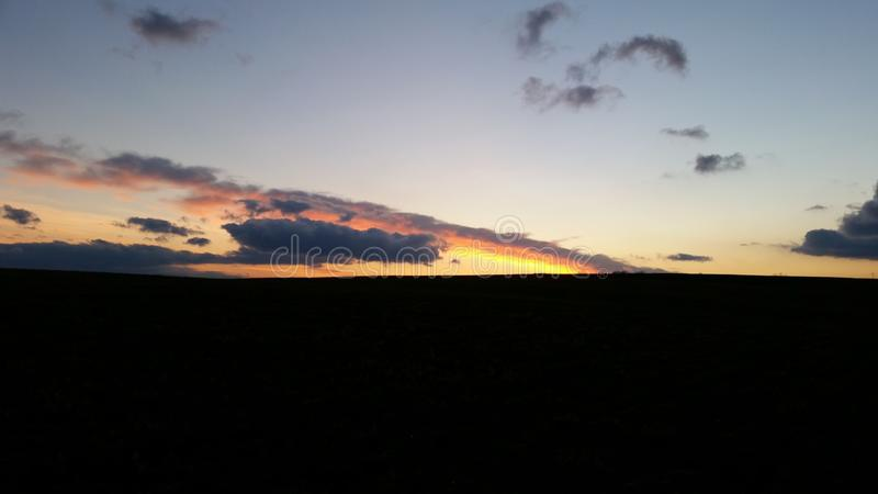 Puesta del sol brillante imagenes de archivo