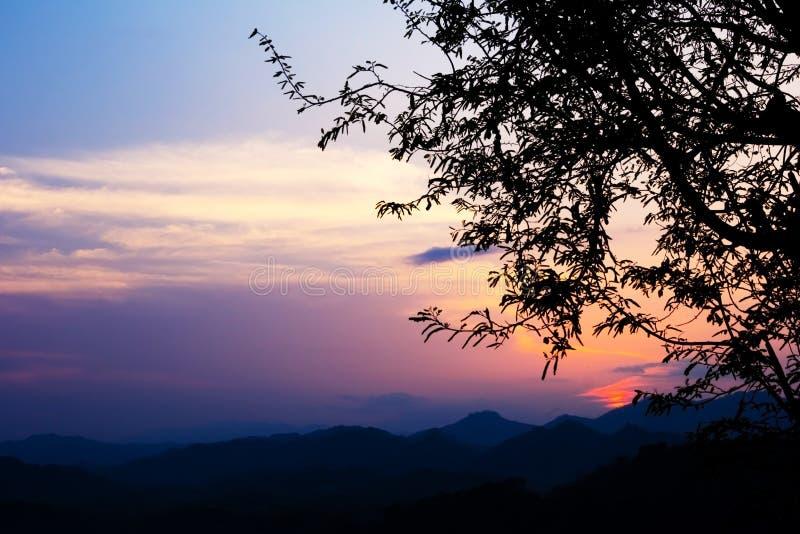 Puesta del sol brillante en cielo encima en Luang Prabang imagen de archivo libre de regalías