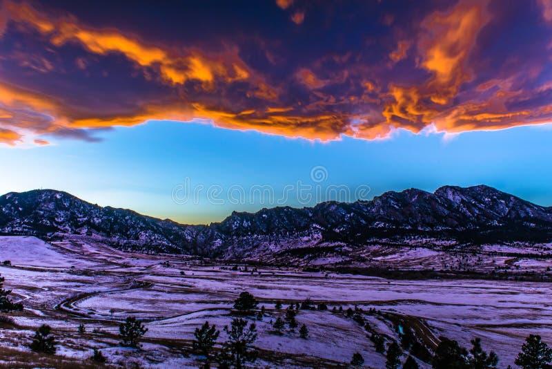 Puesta del sol brillante en la noche en Boulder, Colorado fotografía de archivo