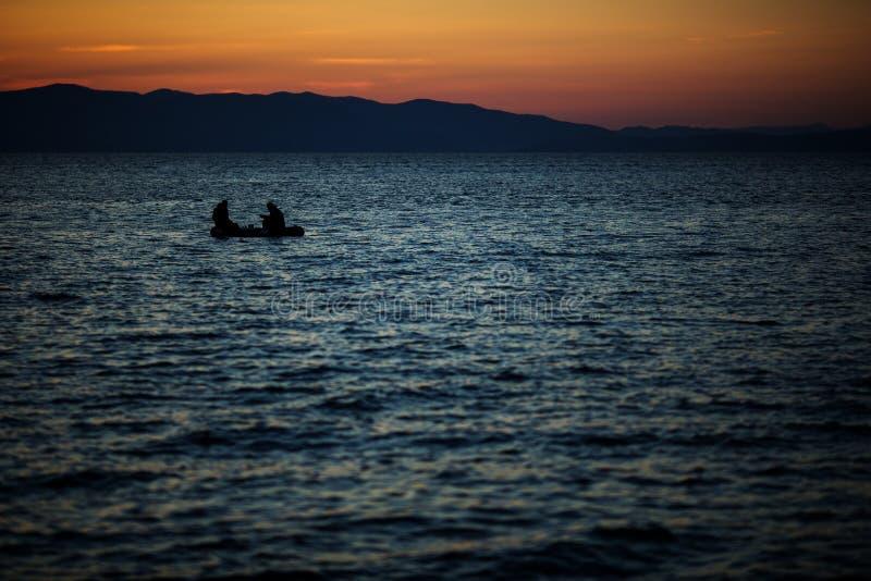 Puesta del sol brillante hermosa en el mar fotografía de archivo libre de regalías