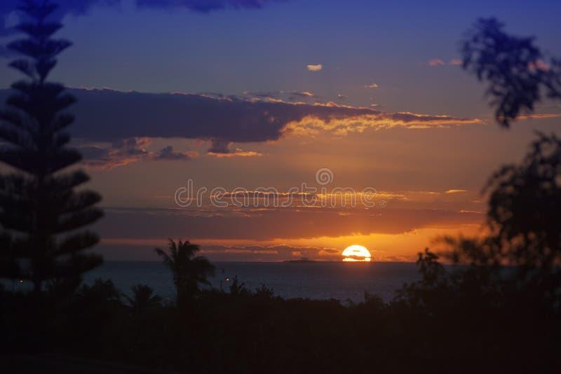 Puesta del sol brillante hermosa sobre el mar en las zonas tropicales cuba imagen de archivo