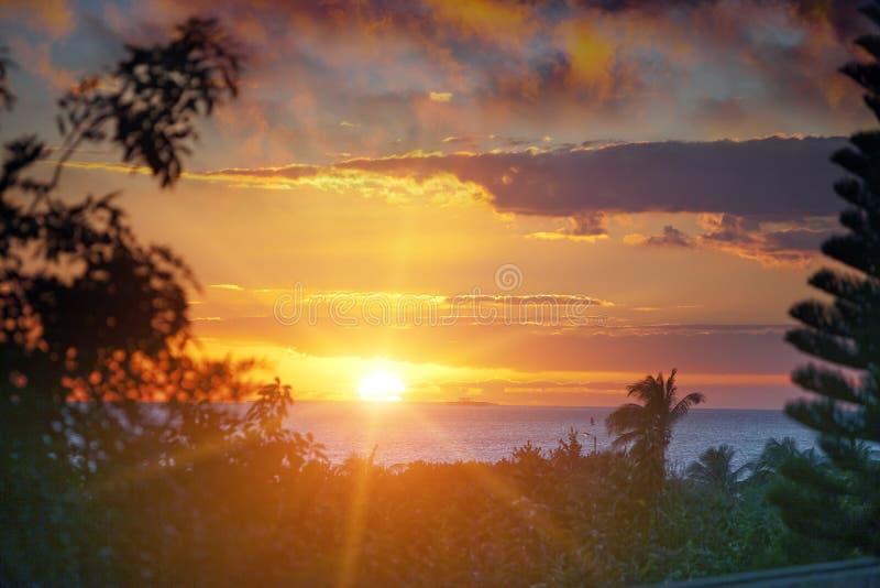 Puesta del sol brillante hermosa sobre el mar en las zonas tropicales cuba fotografía de archivo libre de regalías