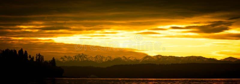 Puesta del sol brillante sobre el noroeste pacífico en tonos amarillos imágenes de archivo libres de regalías